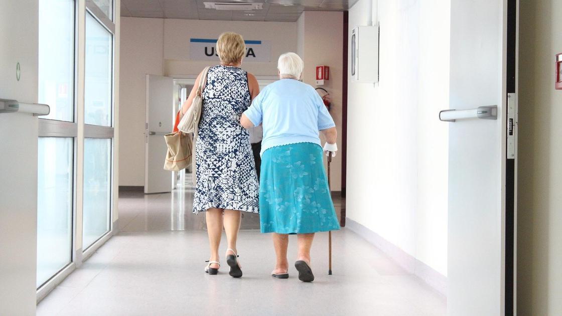 Женщина и бабушка в больнице