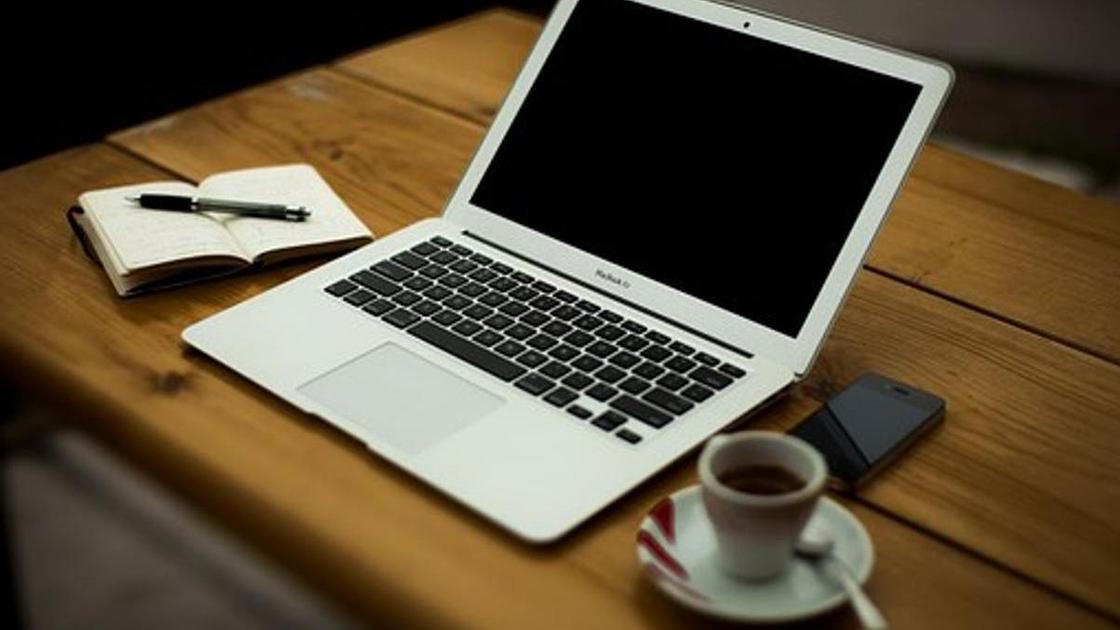 ноутбук, блокнот и чашка кофе
