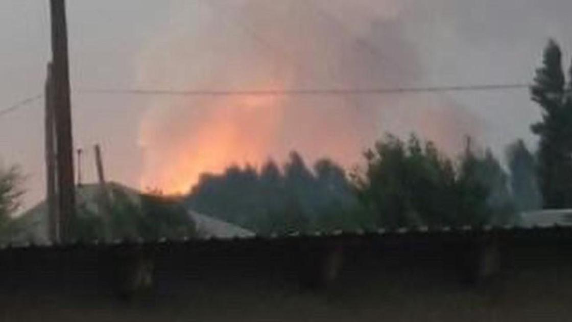 Столб дыма и огонь над местом взрыва в Жамбылской области