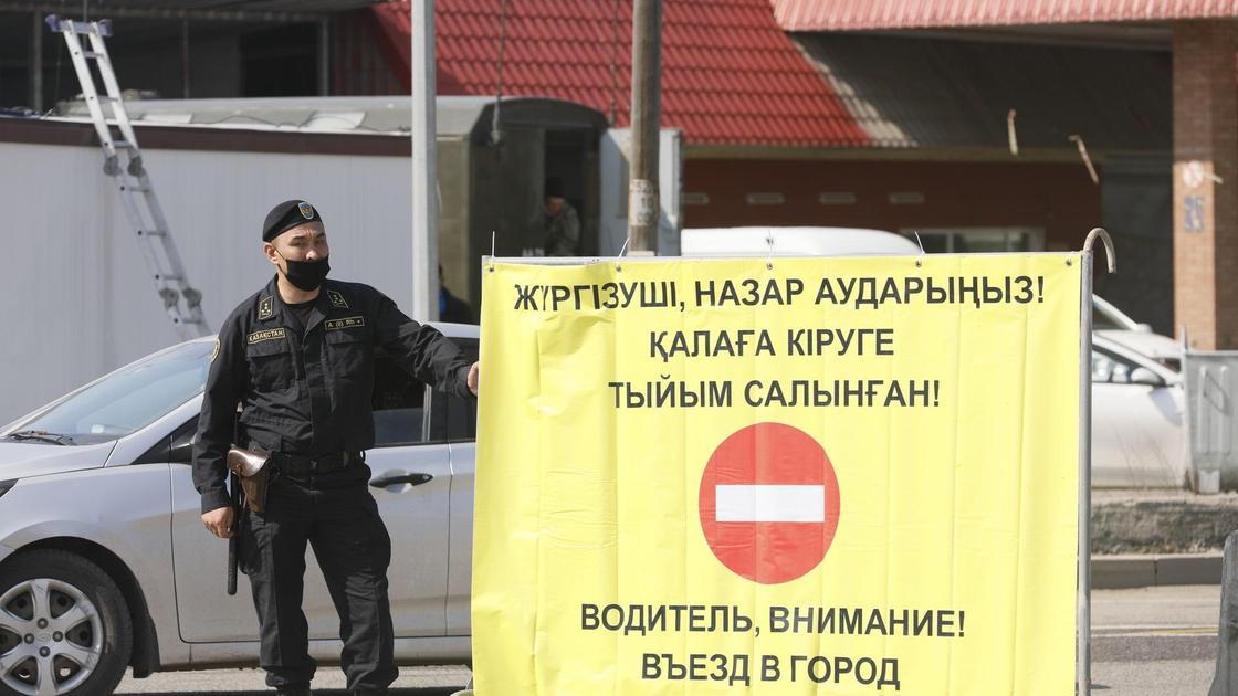 Солдат стоит у границы карантинной зоны