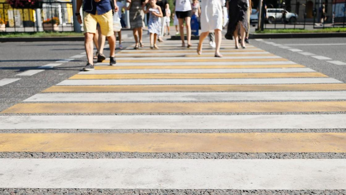 """Люди переходят дорогу по """"зебре"""""""