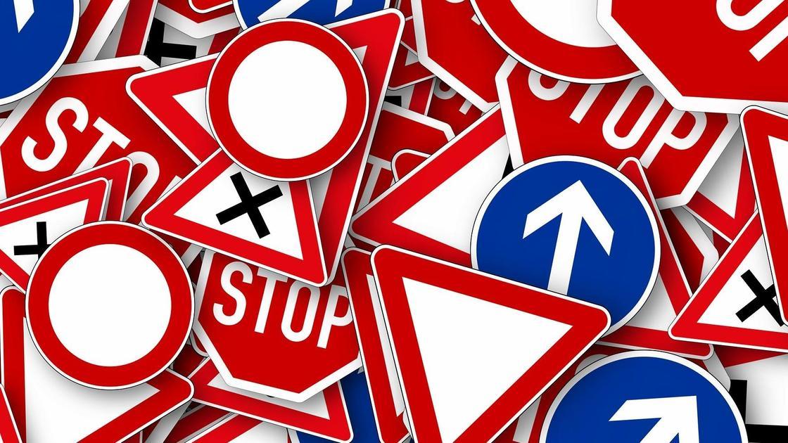 Разные дорожные знаки вперемешку