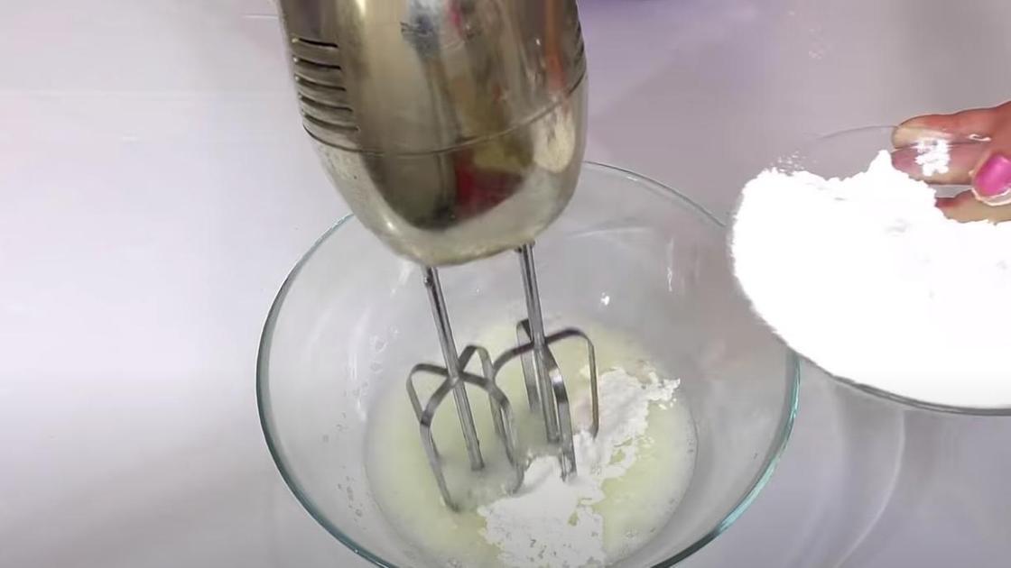 Добавление сахарной пудры к белкам