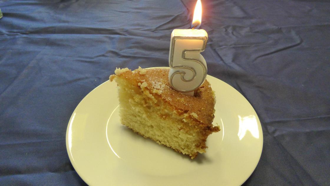 пирог с свечкой в форме цифры 5