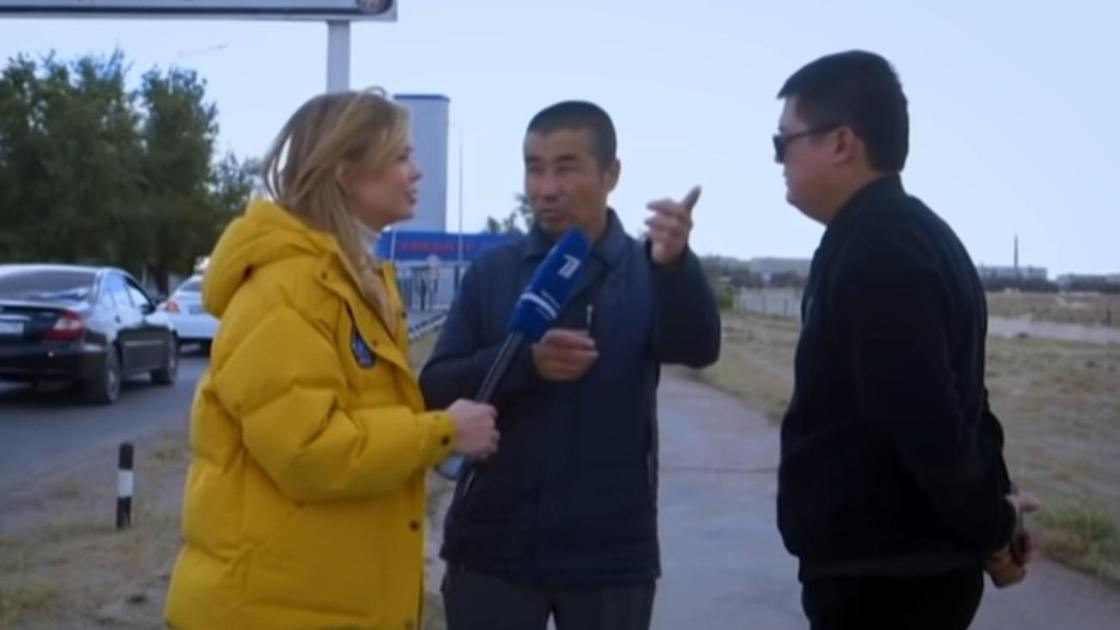 Алла Михеева берет интервью у жителя Байконура