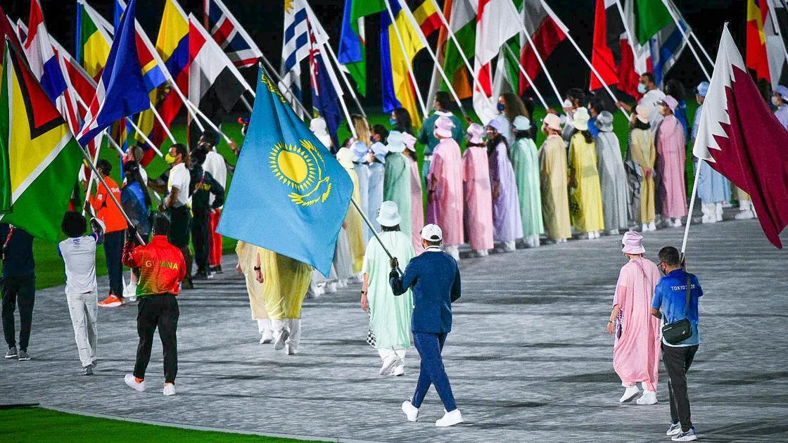 Спортсмен несет флаг Казахстана в Токио