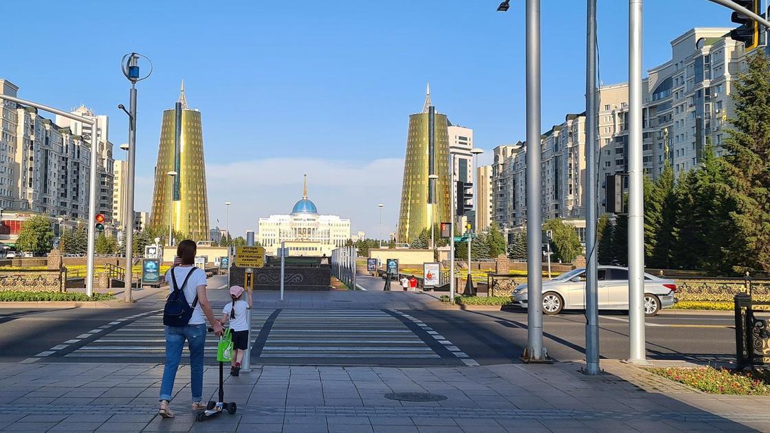 Мама с девочкой переходят дорогу в Нур-Султане