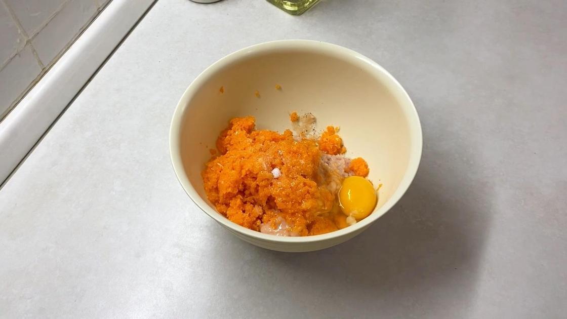 Яйцо с ингредиентами для фарша