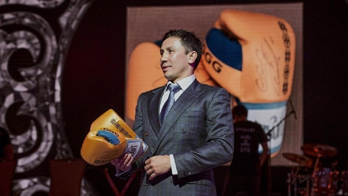Геннадий Головкин на аукционе со своими перчатками