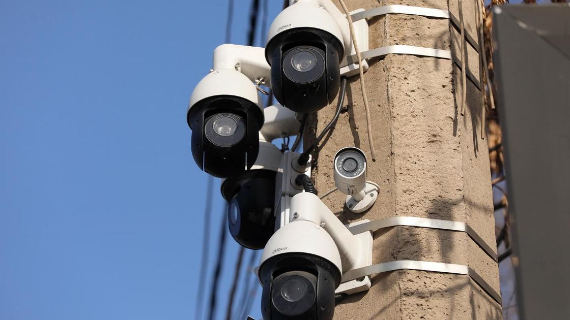 """Камеры """"Сергек"""", установленные на придорожном столбе"""