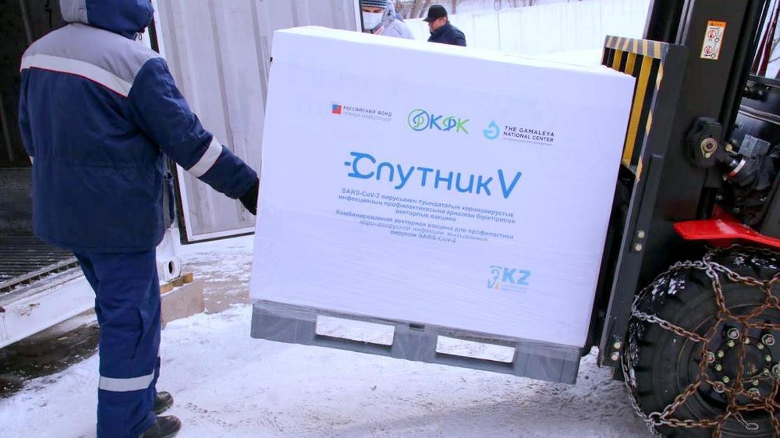 """Партию вакцины """"Спутник V"""" перевозят на подъемнике"""