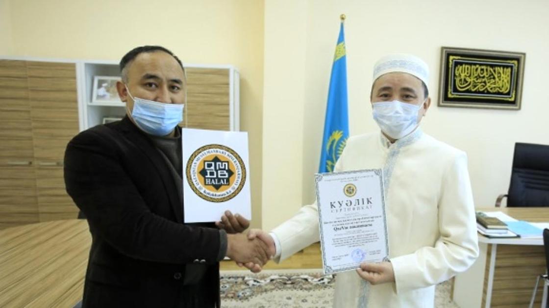 """Вакцине QazVac присвоили сертификат """"Халал даму"""""""
