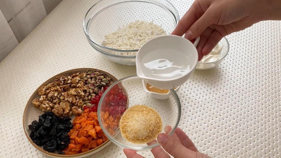 Фрукты, орехи, творог, сметана, желатин и вода