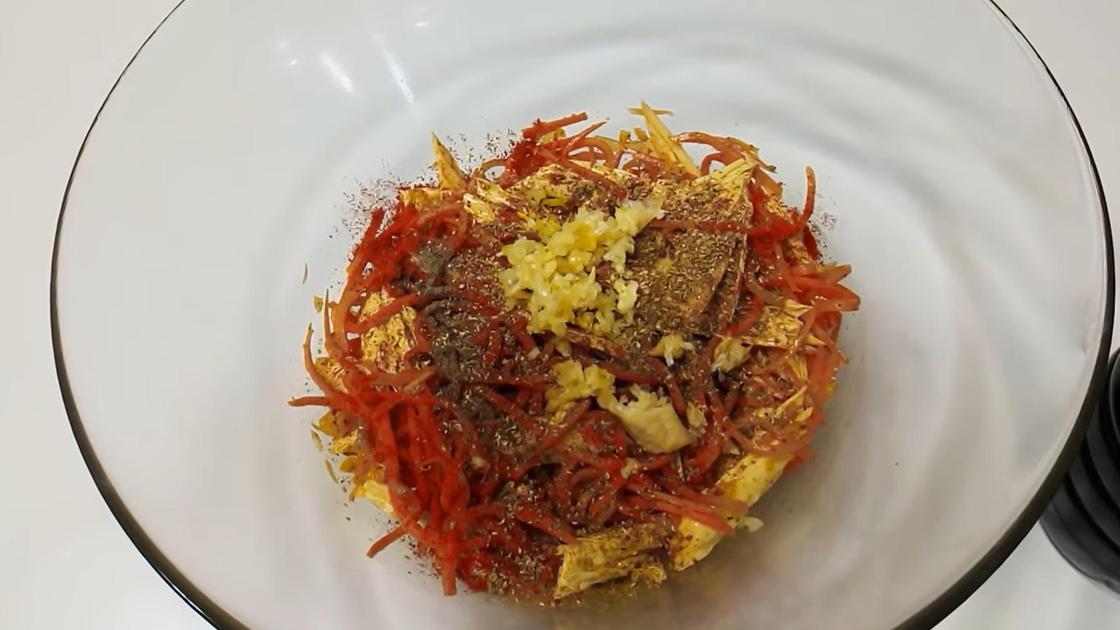 Соевая спаржа фучжу с морковью в миске на этапе маринования