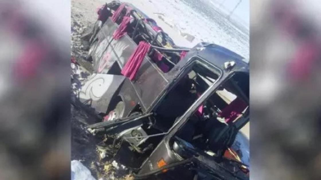 Автобус аударылып қалды