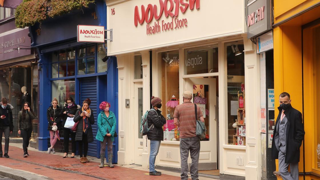 люди стоят возле магазина в дублине