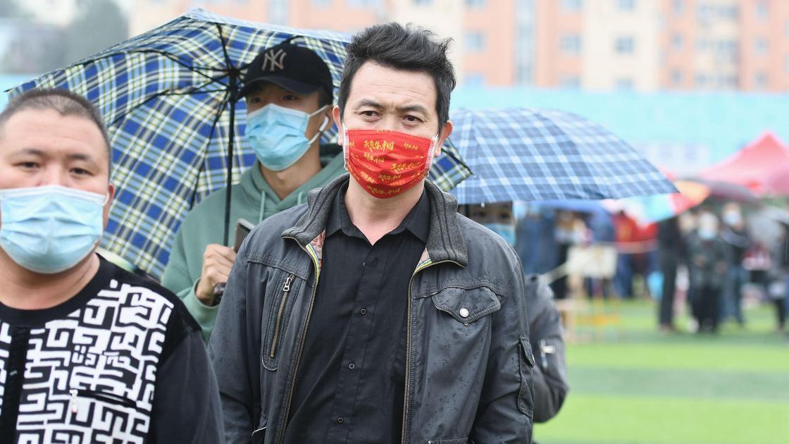 мужчины в маске стоят на улице