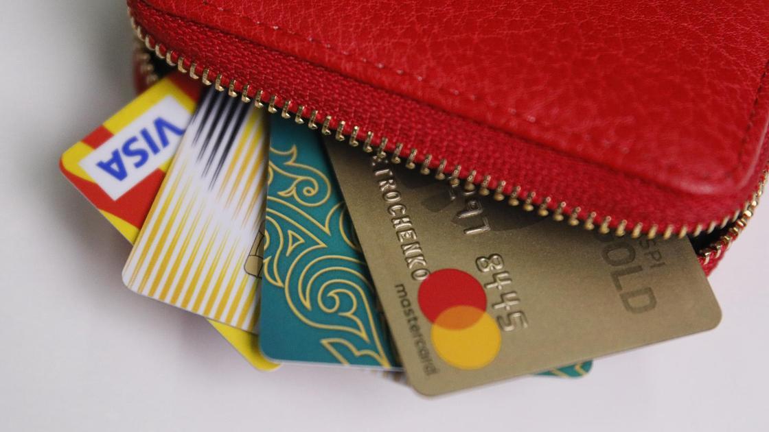 Банковские карты лежат в кошельке
