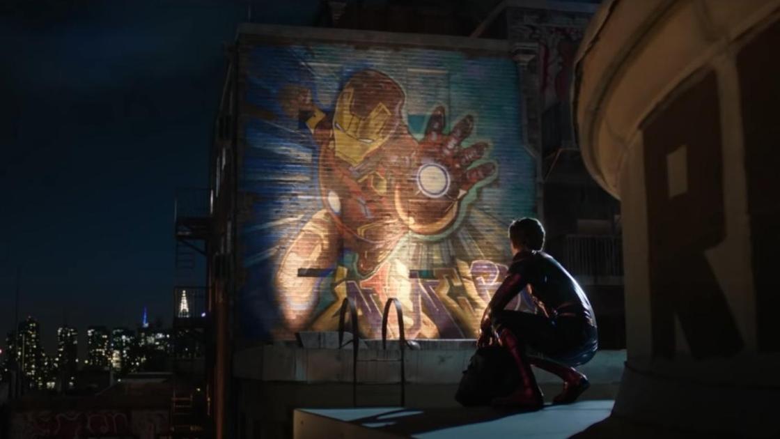 Человек-паук смотрит на рисунок Железного Человека