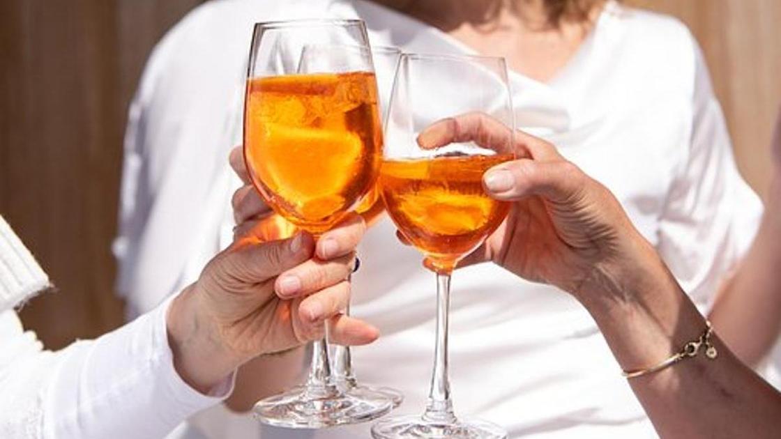 мужчина и женщина с бокалами в руках