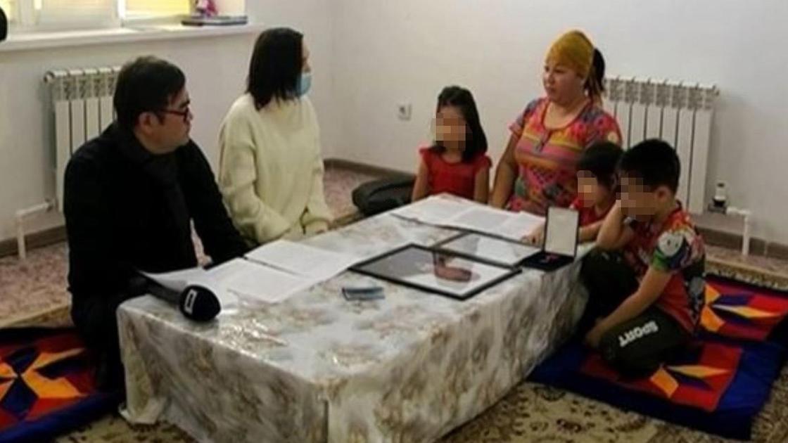 Трое детей и трое взрослых сидят за столом