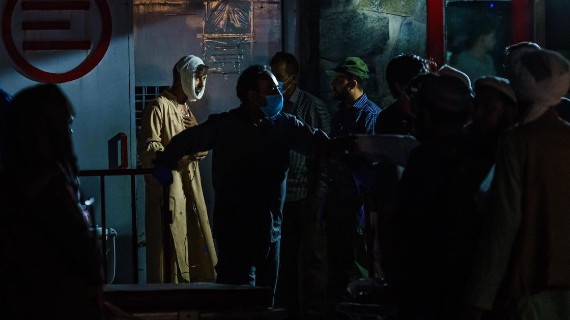 Раненые около больницы в Кабуле