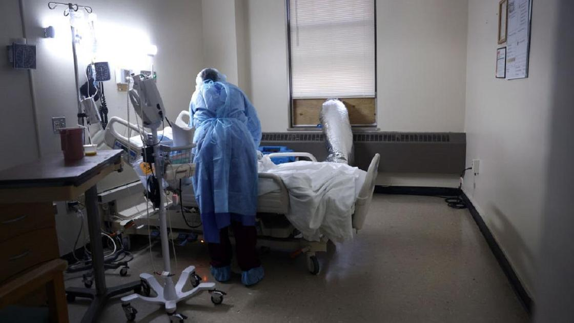 Врач склонился над кроватью пациента