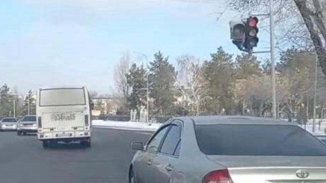 Автобус пересекает перекресток на красный сигнал светофора