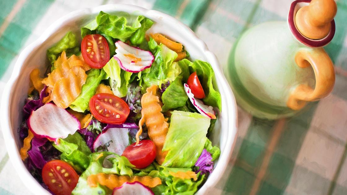 Тарелка с салатом на столе
