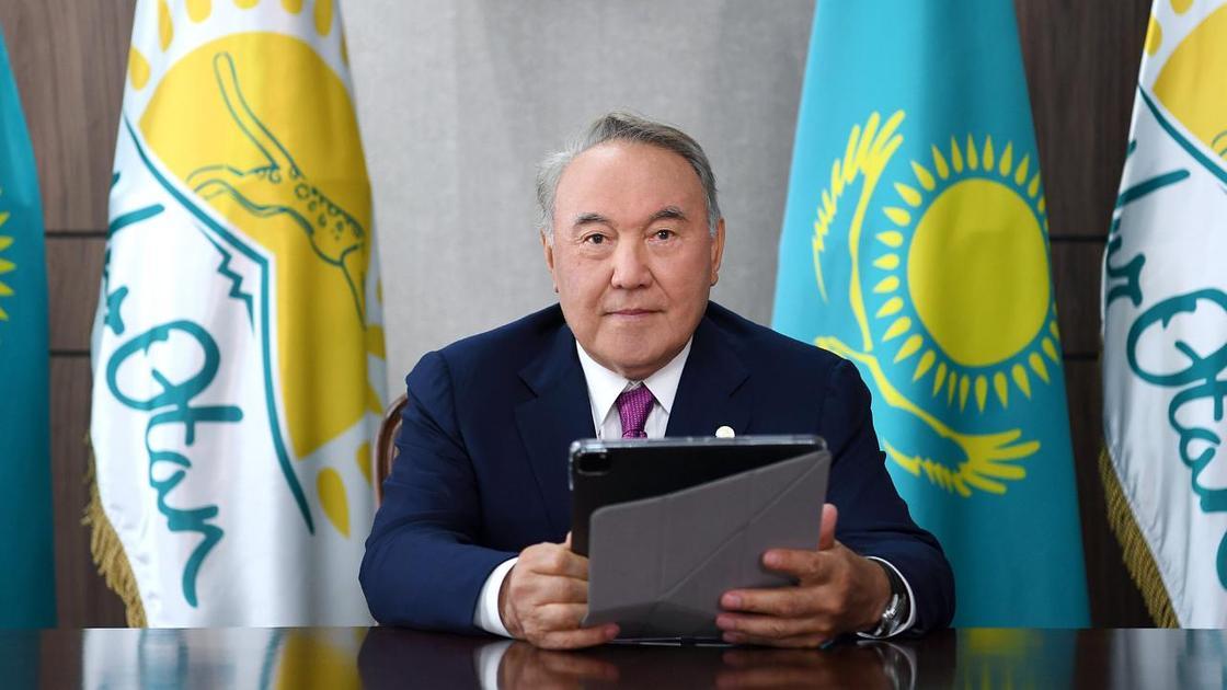 Нурсултан Назарбаев сидит с планшетом в руках