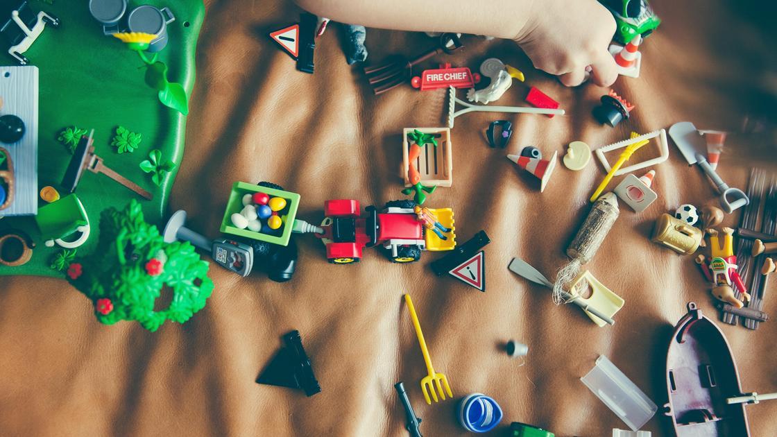Игрушки на кровати