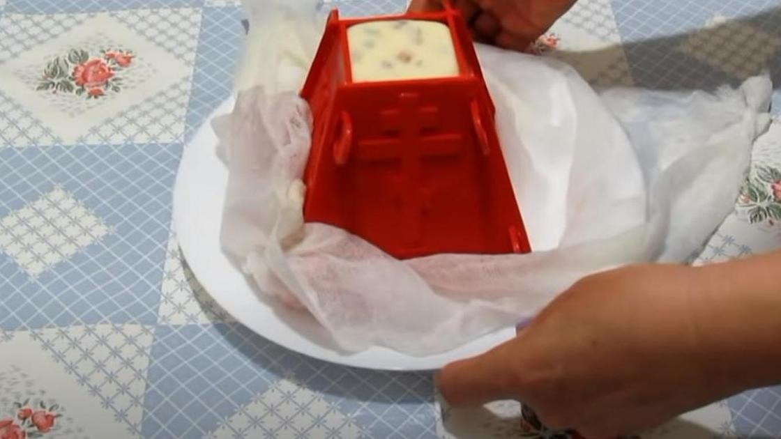 На тарелке перевернутая творожная пасха в пасочнице