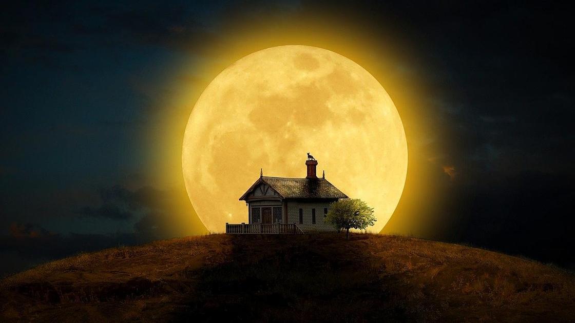дом на фоне луны