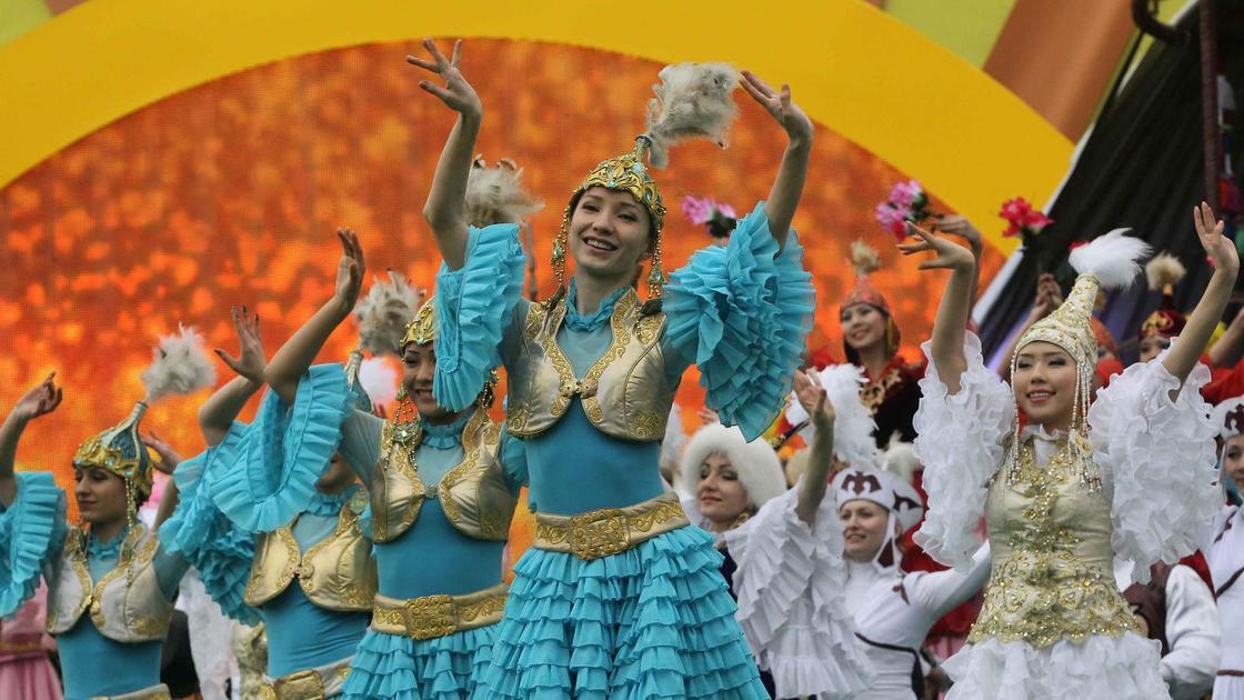 Девушки в национальных костюмах танцуют на весеннем празднике