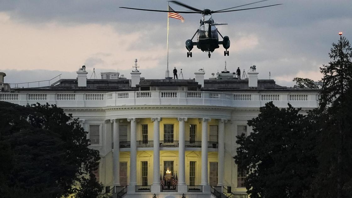 вертолет летит над Белым домом
