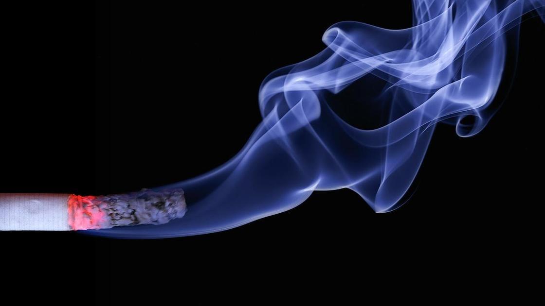 Тлеющая сигарета и дым