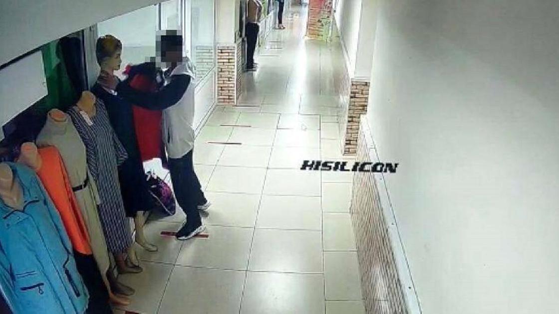 Мужчина украл куртку