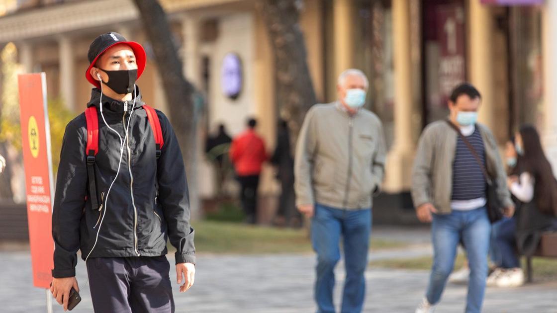 Люди в масках гуляют по городу