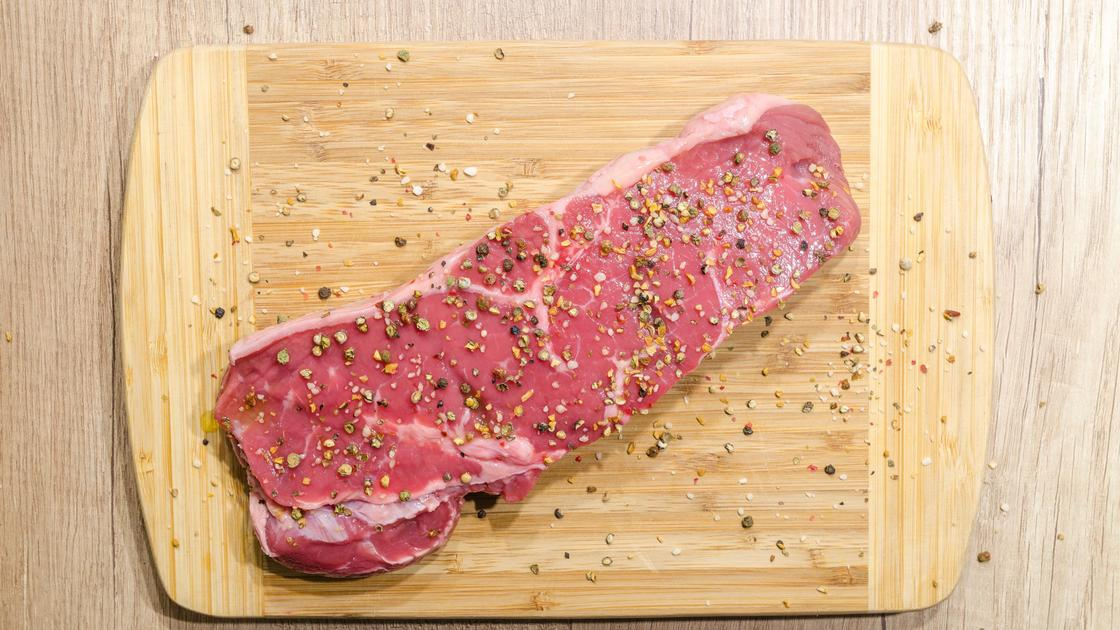 На доске красное мясо