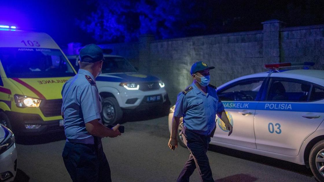 Полицейские идут по улице