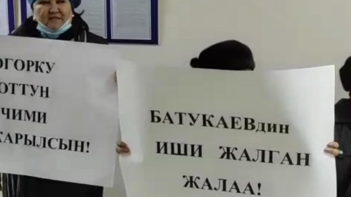 Митингующие с плакатами