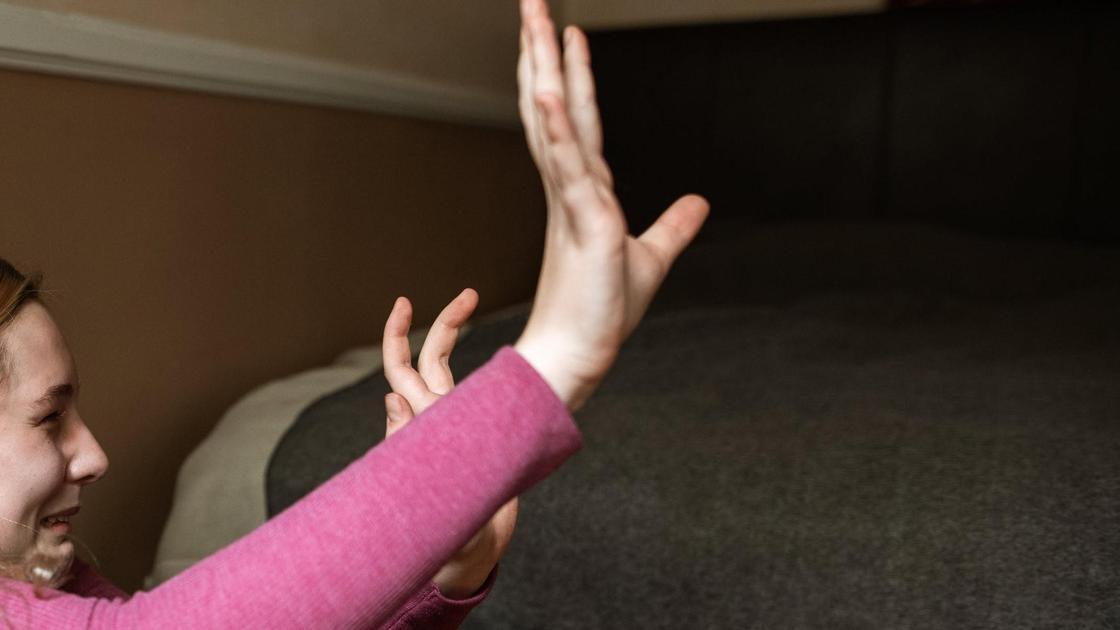 Девушка плачет и прикрывается руками