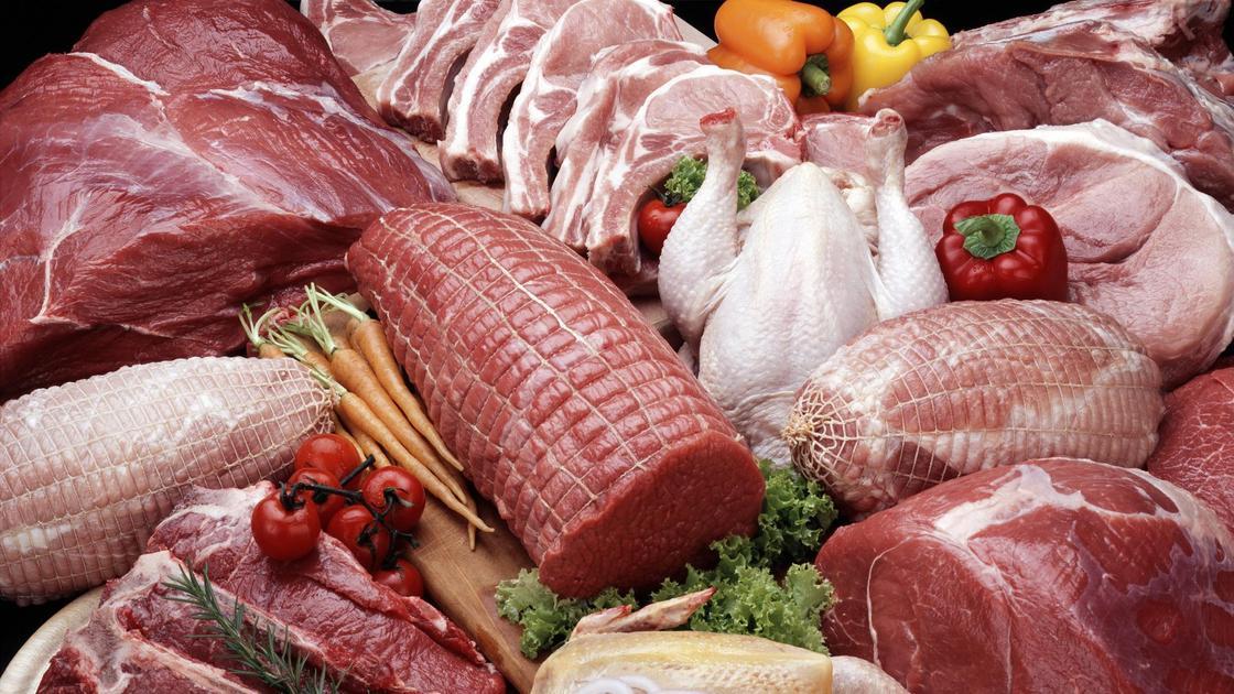 Мясо в ассортименте лежит на прилавке