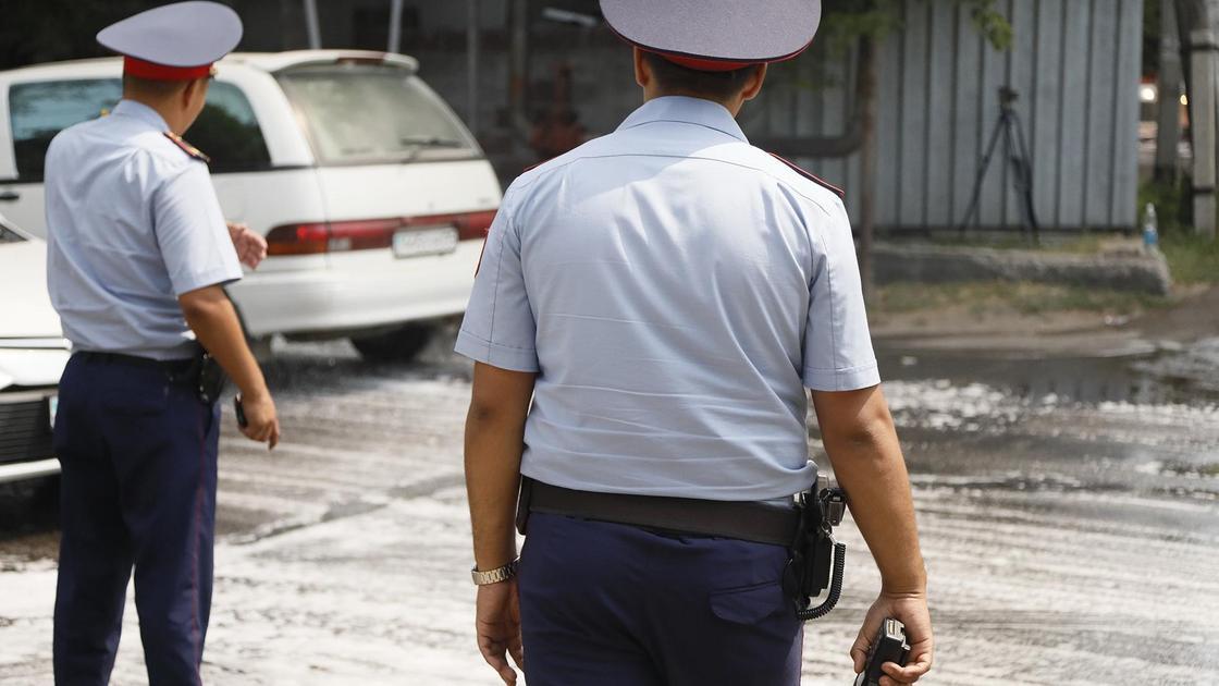 полицейские стоят на улице