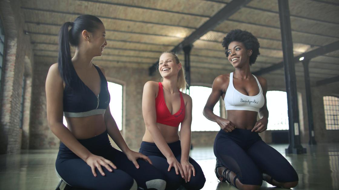 Три подруги в спортивной форме