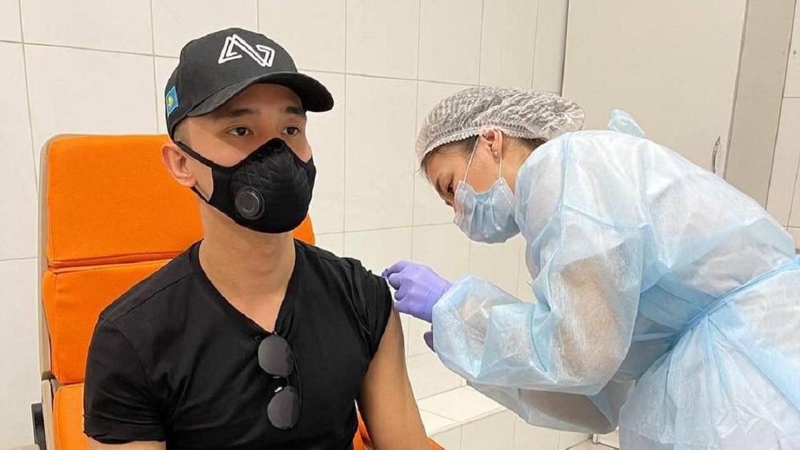 Али Окапов получает прививку