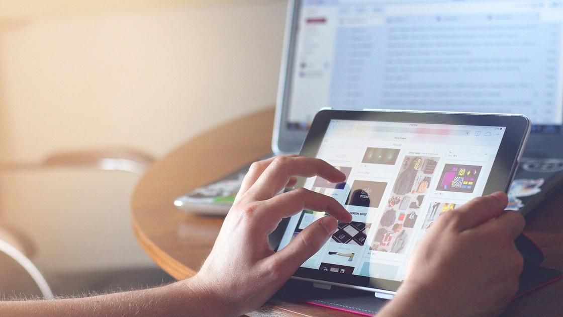 Человек выбирает товары онлайн