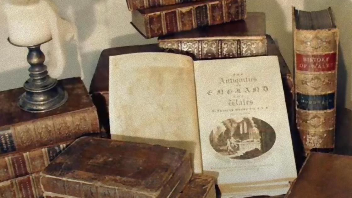 Книги в старинных переплетах на столе