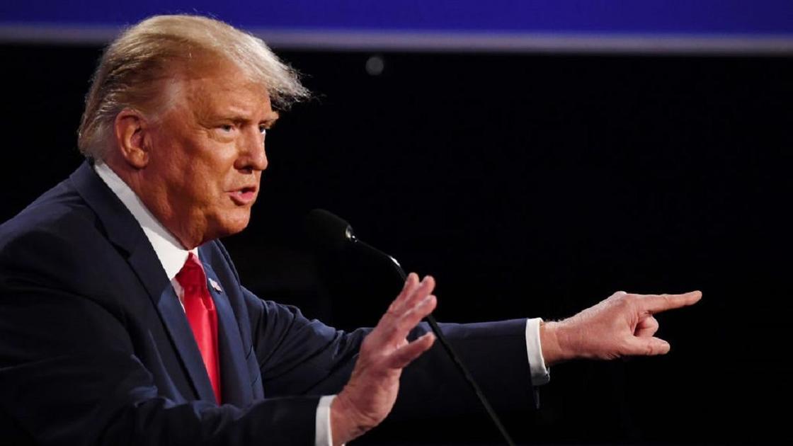 Дональд Трамп указывает пальцем на кого-то