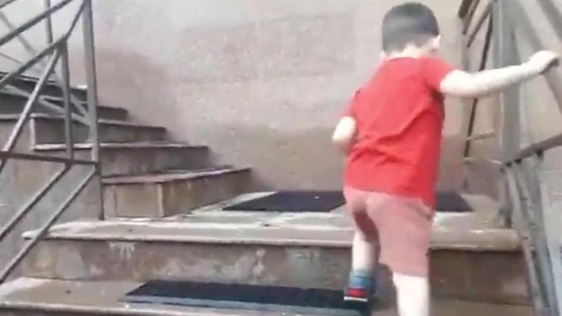 Ребенок идет по лестнице